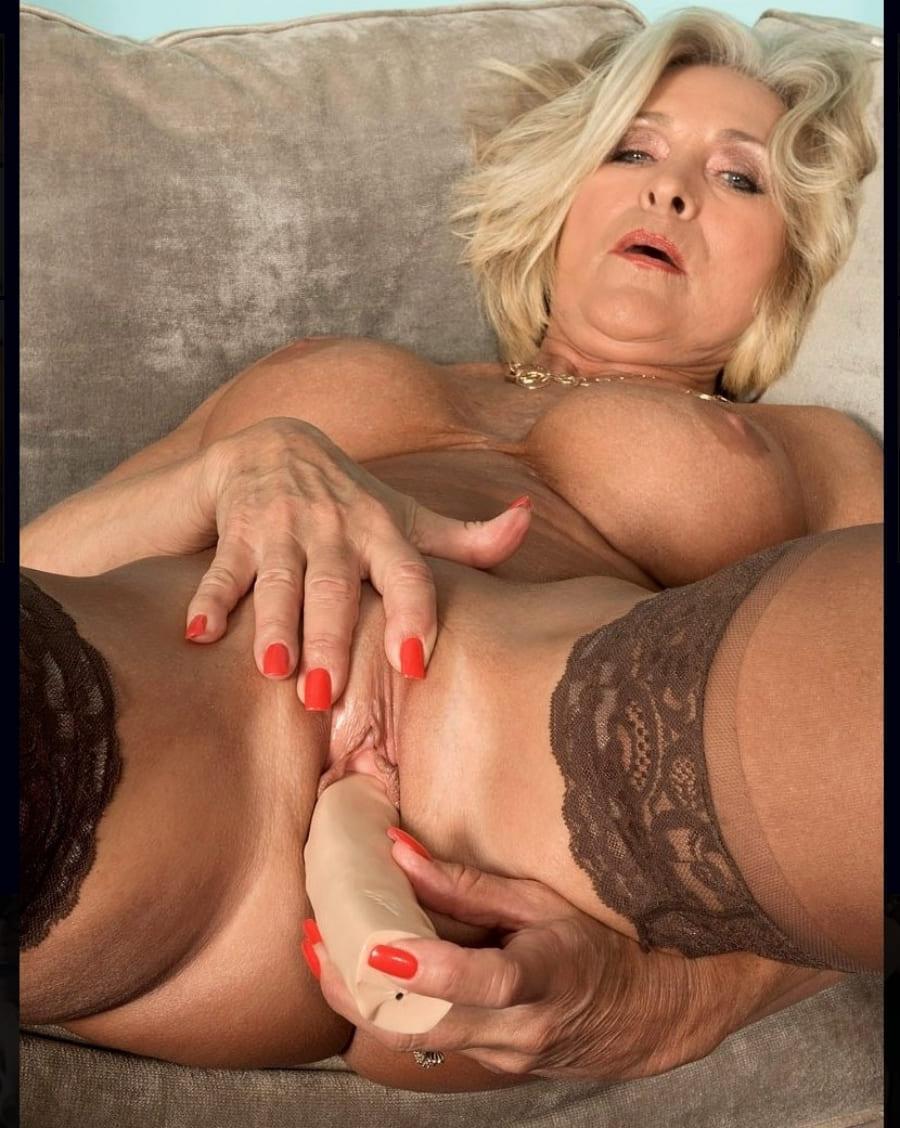 порно фото зрелых дам блондинка раздвинув ноги в чулках лежит на спине вдохновенно мастурбирует фаллоимитатором приоткрыв ротик