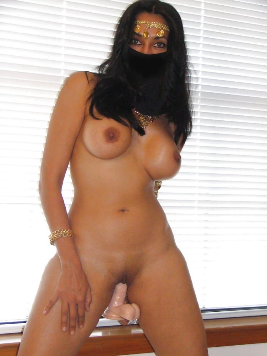 голые арабки с прикрытым наполовину лицом стоит немного раздвинула ноги мастурбирует фаллоимитатором