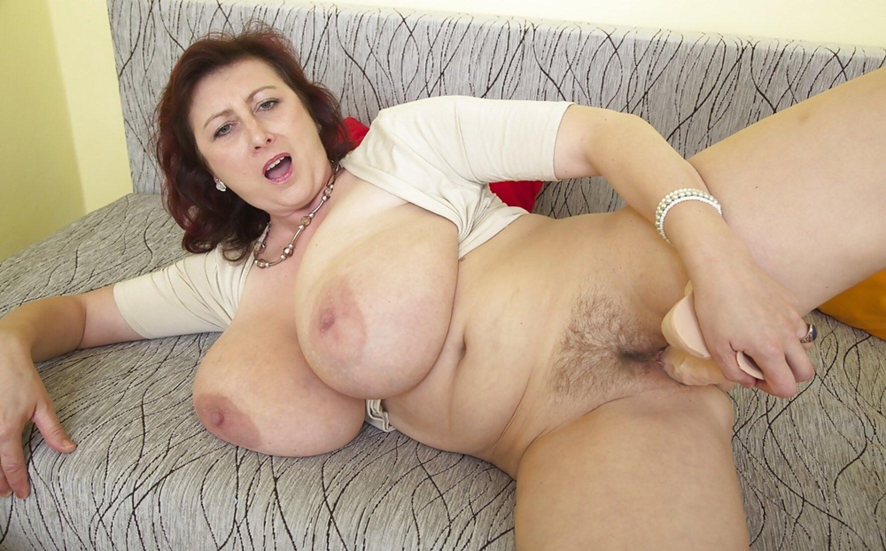 большие сиськи зрелых теток женщина лежит на диване и ебет себя резиновым хуем.