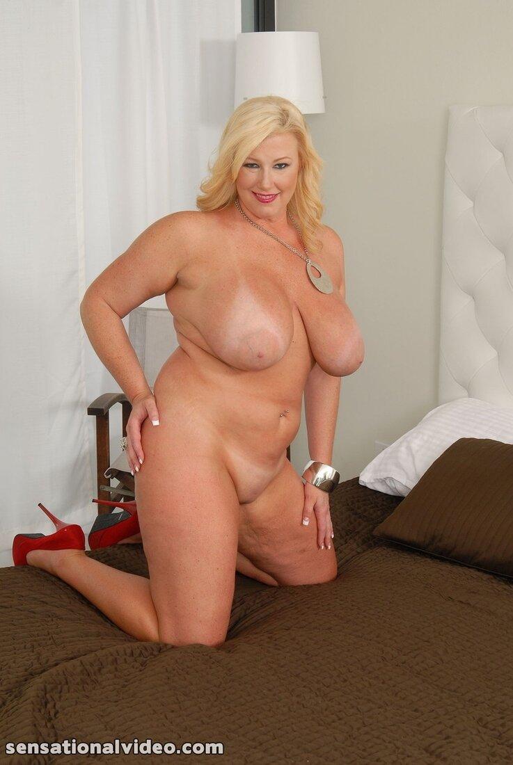 большие сиськи зрелых теток фото блондинка на кровати.