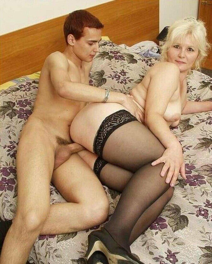 ебли зрелых теток шикарная блондинка в черных чулках.