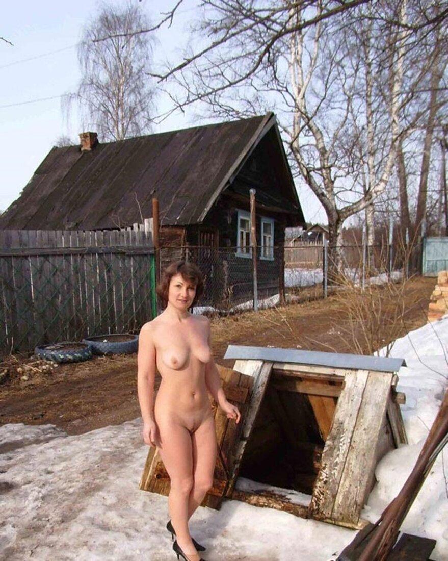 Голые зрелые на даче фото