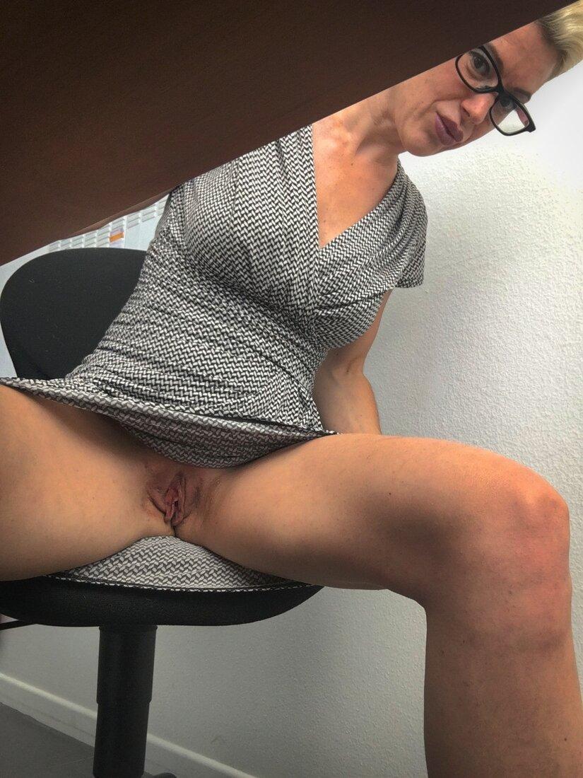 Пизда под юбкой фото