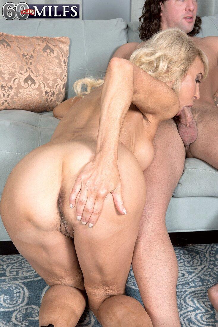 Порно фото зрелых блондинок, шлюшка стоит раком и сосет хуй, жопой к камере, правую руку положила на ягодицу.