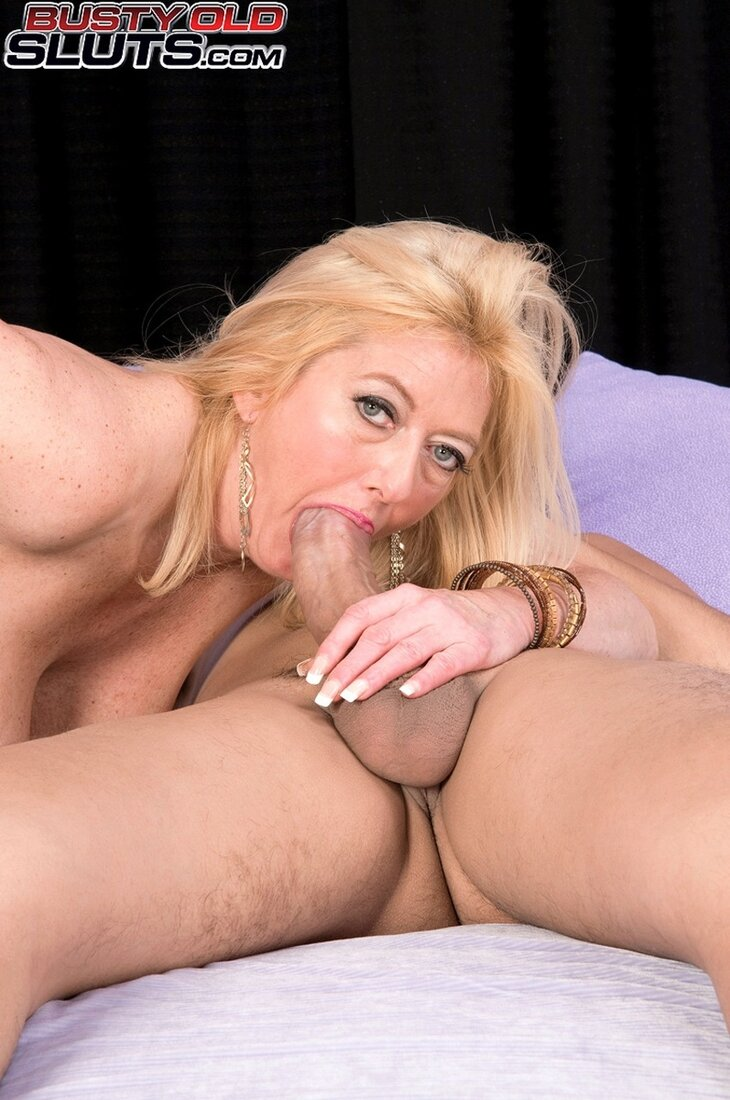 Порно фото зрелых блондинок, шикарная телка сосет здоровый хуй.