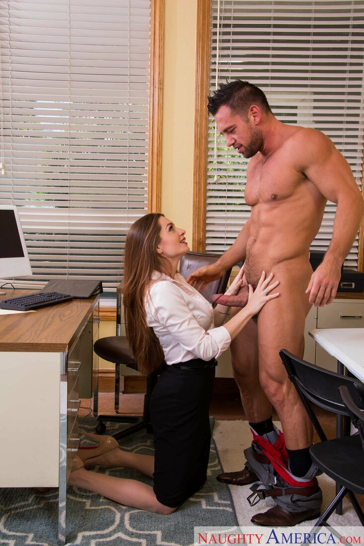 Порно трахает секретаршу фото длинноволосая сучка стоит на коленях перед голым боссом