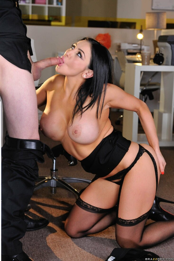 Порно трахает секретаршу фото голой жгучей брюнетки секретарши которая сосет шефу стоя на коленях в кабинете в черных чулках.