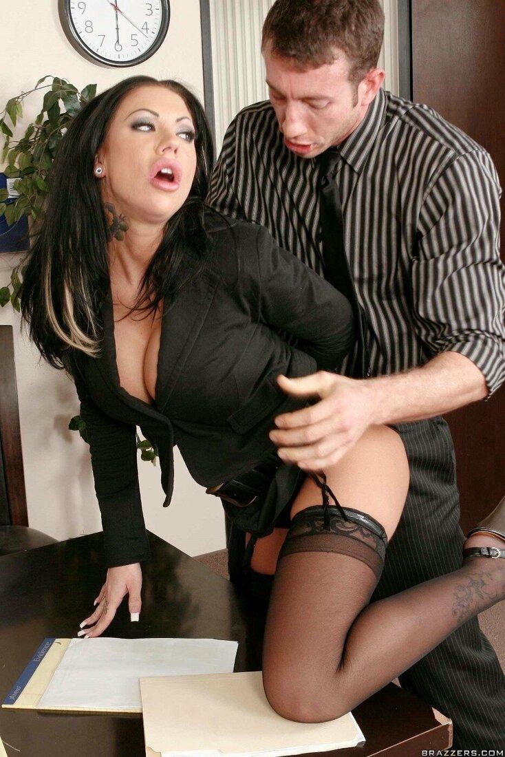 Порно трахает секретаршу фото брюнетки секретарши стоящей задом в черных чулках которая задрала юбку и отдается руководителю открыв рот от удовольствия, вид спереди.
