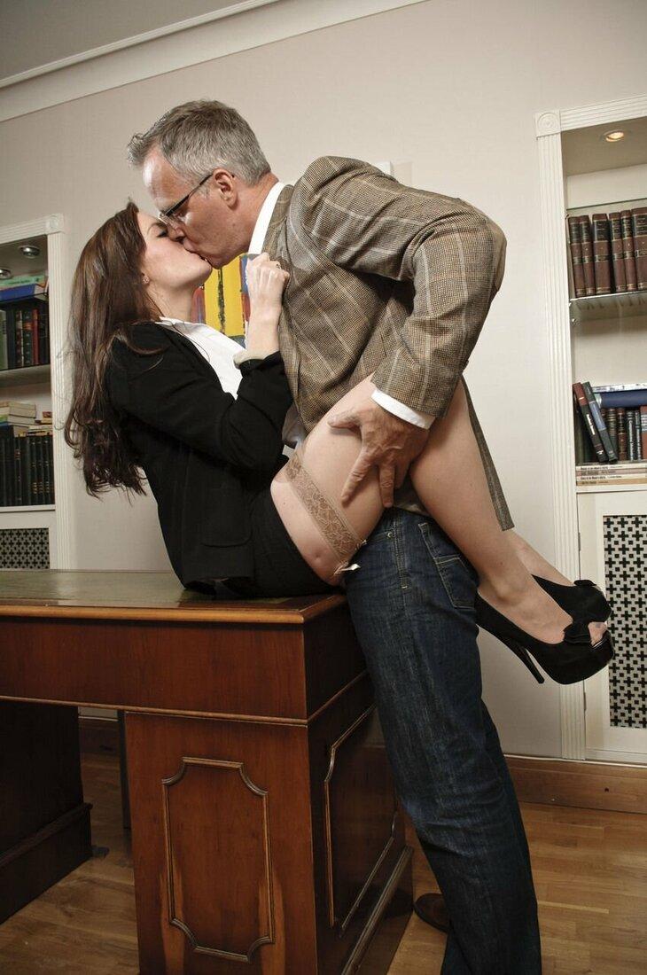 Порно трахает секретаршу фото шлюшка сидит на столе на жопе задрав юбку, на ногах чулки бежевые и туфли на каблуке.