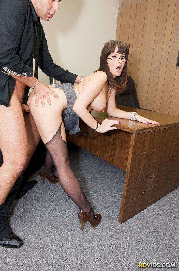 Порно трахает секретаршу фото шлюхе в черных чулках на поясе задрал платье начальник и нагнув её на стол ебет в пизду, она повернув голову с распущенными волосами, в очках и открыв рот получает кайф от ебли.