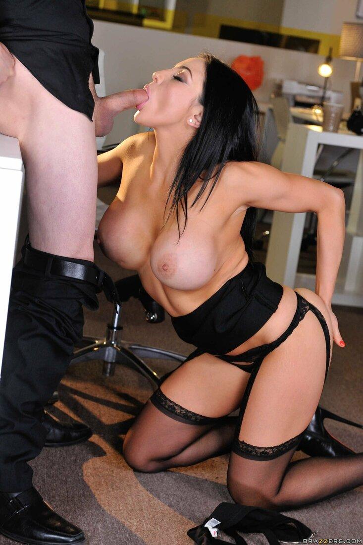 Порно трахает секретаршу фото голая брюнетка стоит на коленях в черных чулках на поясе в кабинете начальника и делает ему минет, одной рукой держит его за жопу вторую руку положила себе на ягодицу.