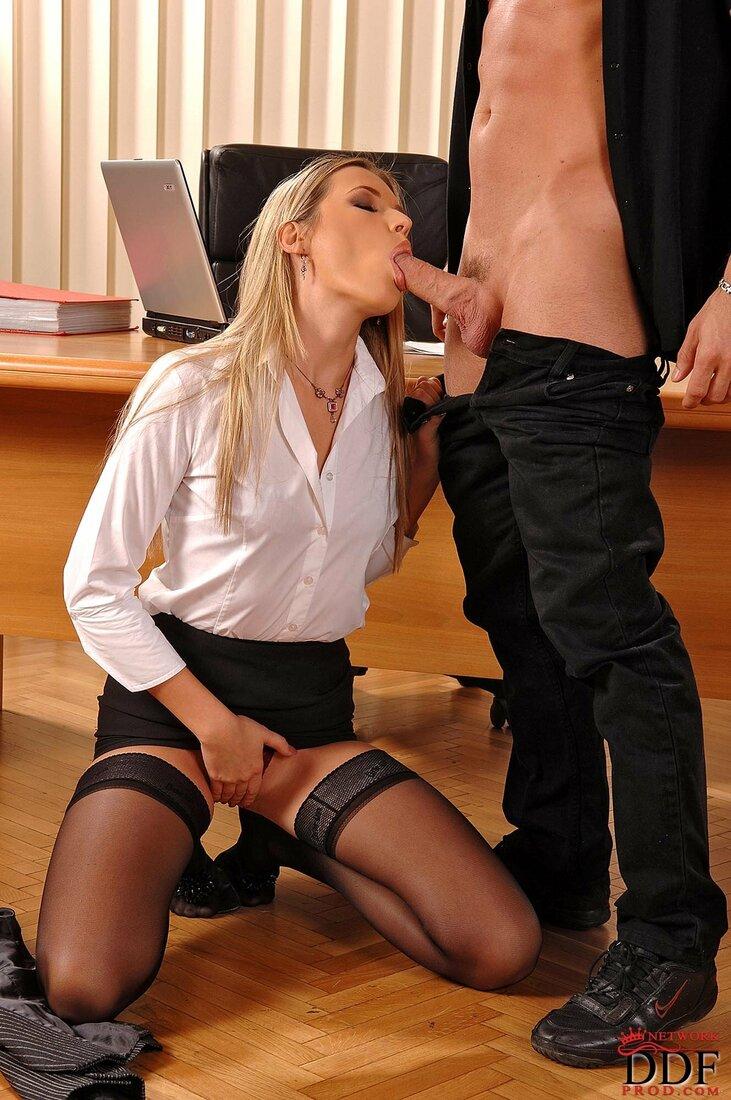 Порно трахает секретаршу фото блондинка стоит на коленях в кабинете и задрав юбку и дроча себе клитор сосет хуй начальнику, ноги у ней в черных чулках, глаза закрыты от удовольствия.