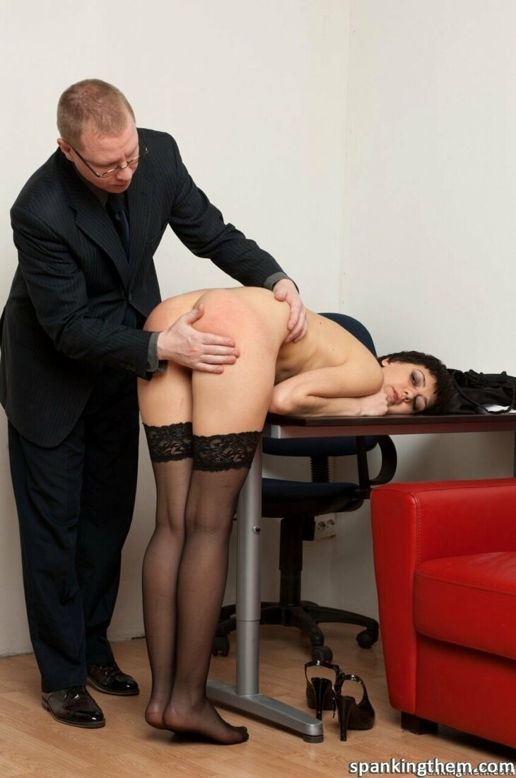 Порно трахает секретаршу фото голой брюнетки с короткой стрижкой которую начальник раздел оставив только в чулках, нагнул на стол и шлепает её по жопе рукой.