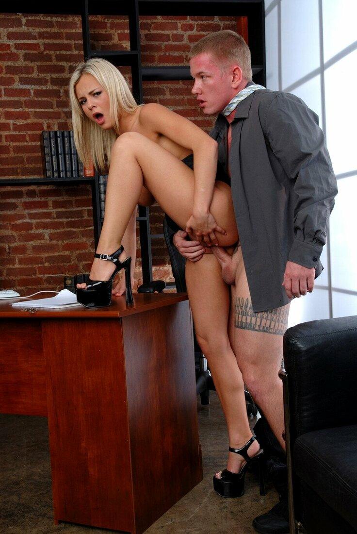 Порно трахает секретаршу фото голая блондинка в туфлях на каблуке стоит задрав левую ногу на стол, сзади подошел босс и вставил хуй ей в пизду, она открыла рот от удовольствия и руками раздвигает промежность.