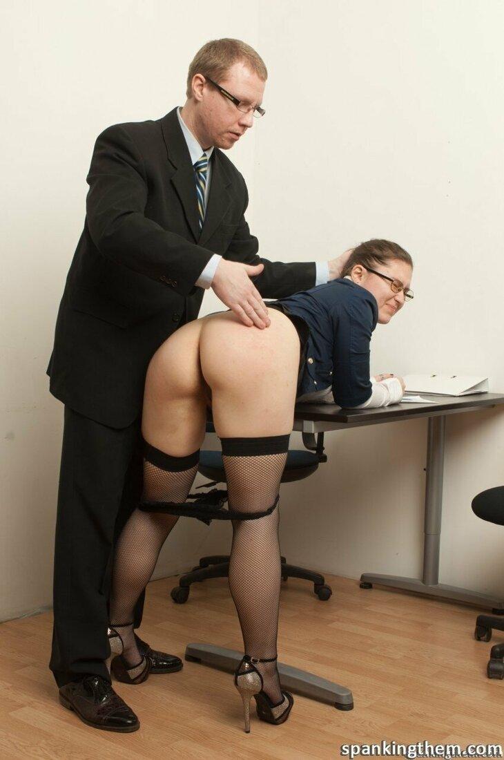 Порно трахает секретаршу фото начальник поставил брюнетку раком нагнув на стол и задрал юбку и спустил трусы и шлепает её по жопе. Оба в очках, вид сзади.