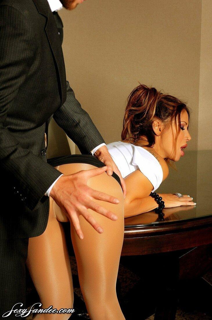 Порно трахает секретаршу фото брюнетки которую положили на стол на живот в кабинете и задрали юбку а босс хлопает её по жопе.