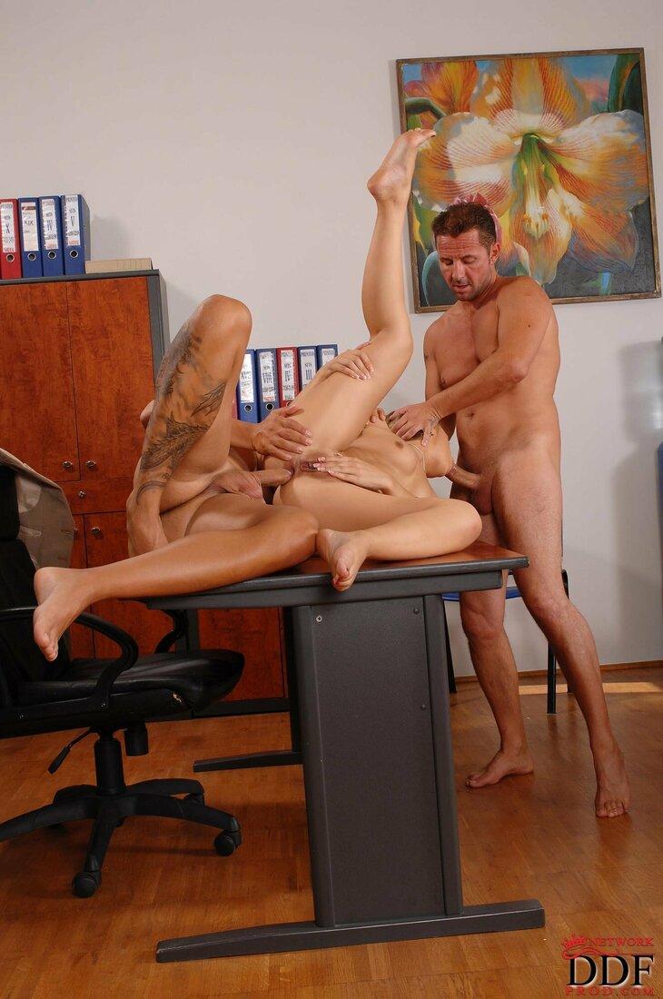 Порно трахает секретаршу фото голой секретарши, лежащей на спина не столе, которую ебут два мужика один в жопу второй в рот.