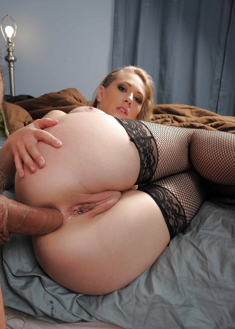 Порно женщин в чулках в сеточку, блондинку ебут в жопу, телка лежит на кровати на боку поджав ноги, видна бритая пизда.