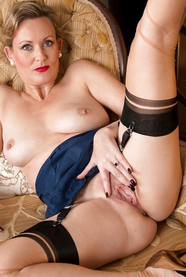 40 летние тетки красивая телка в челках лежит раздвинув ноги.