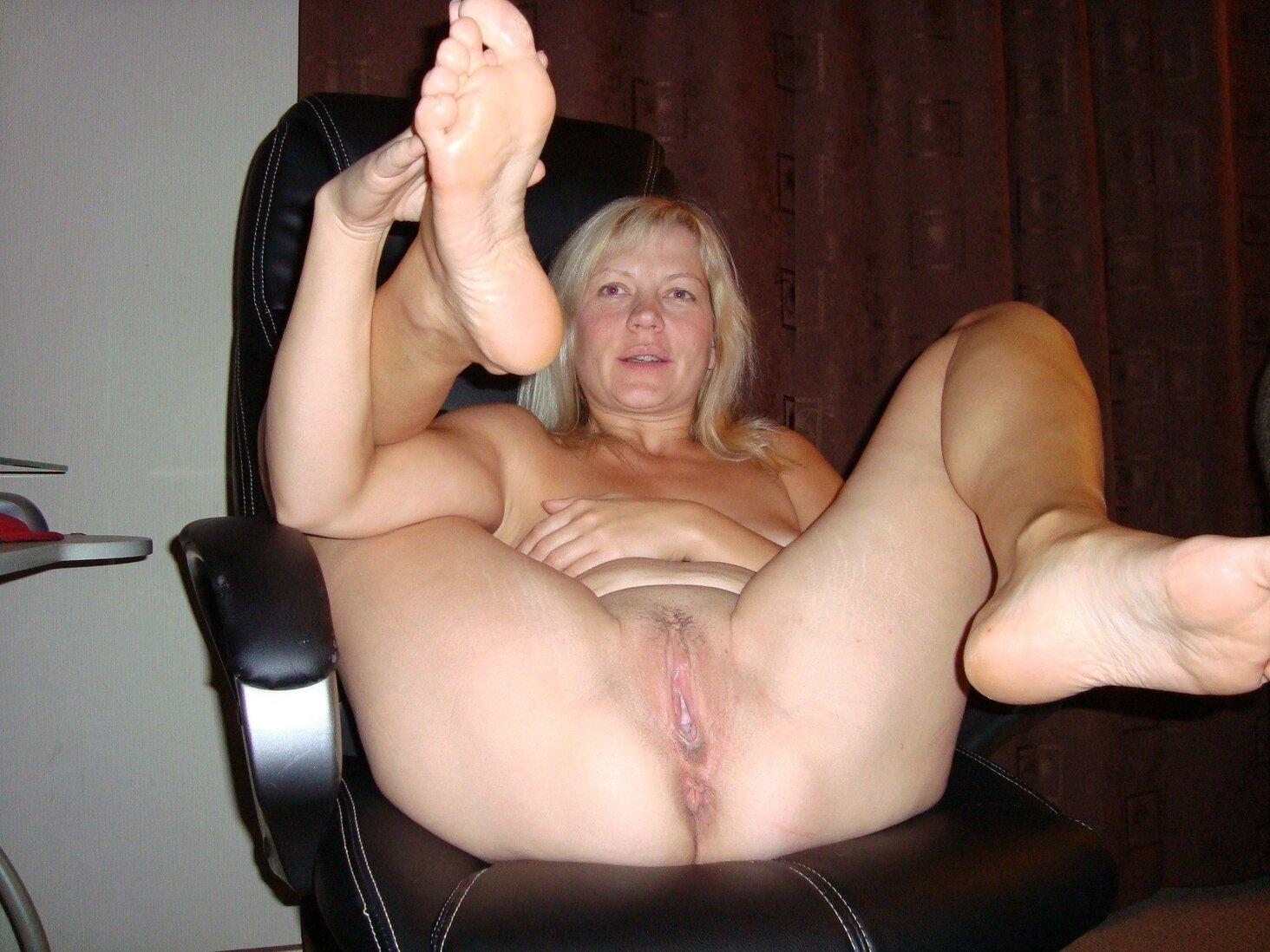 Тетки за 40 полулежит в кресле голая блондинка.
