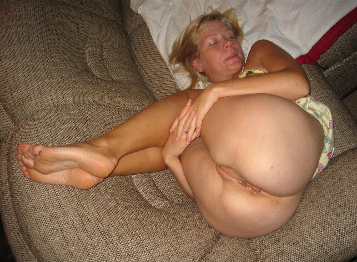 Тетки за 40 лежит поджав ноги на диване выпятив жопу.