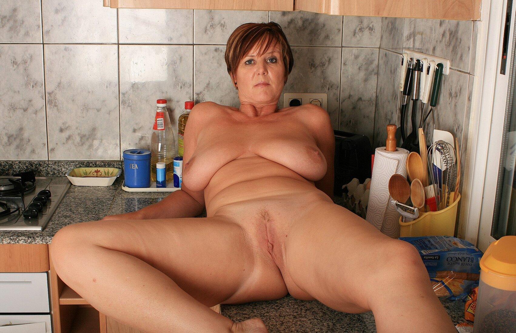 Тетки за 40 лежит голая на кухонном столе.