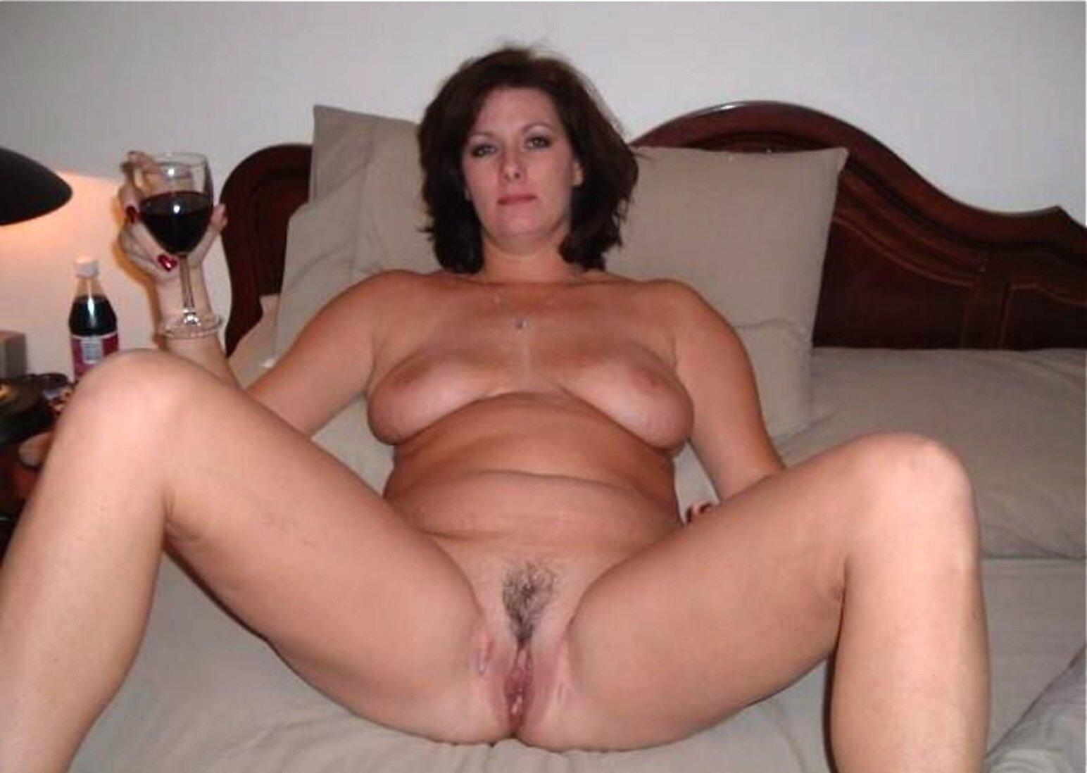 Тетки за 40 с бокалом вина лежит на кровати раздвинув ноги.
