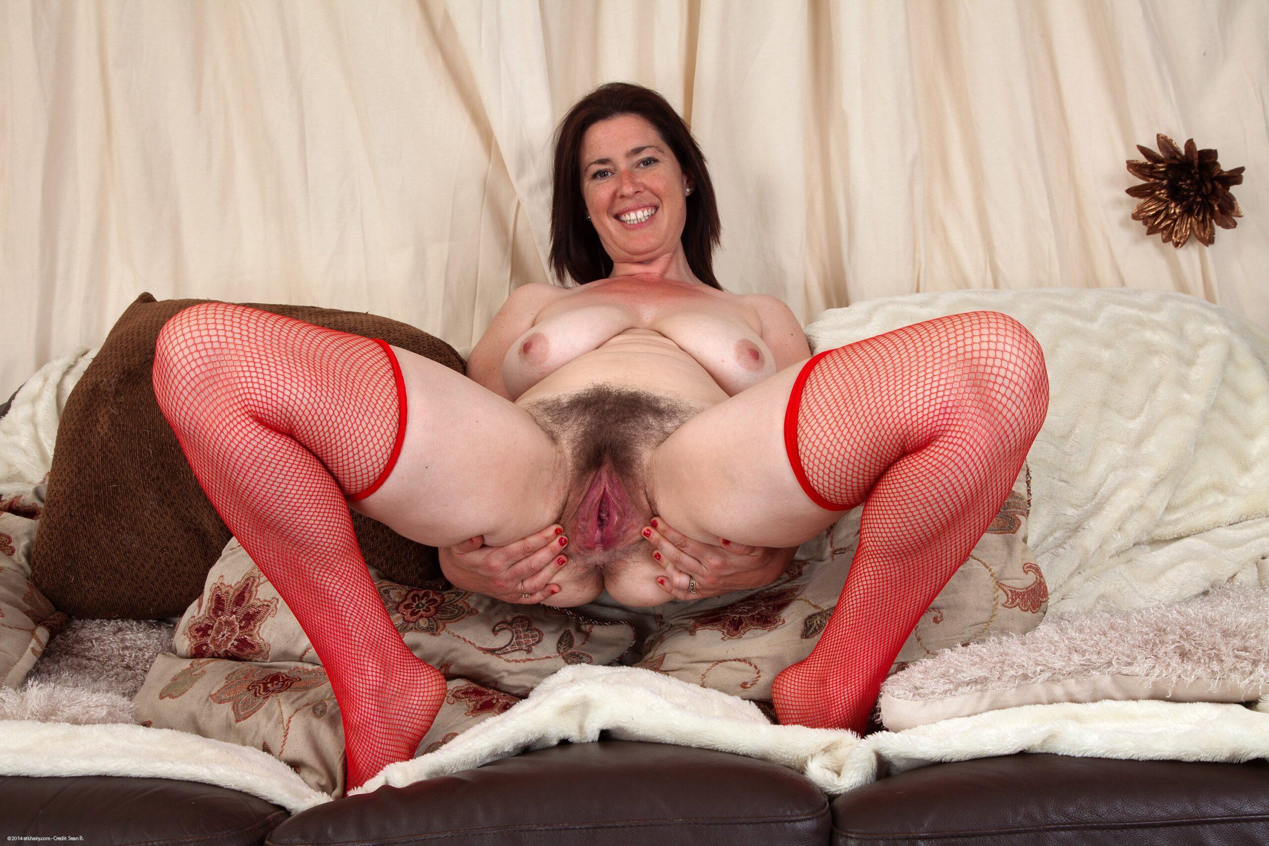 порно зрелая волосатая пизда крупным планом фото на кровати в красных чулках в сеточку.