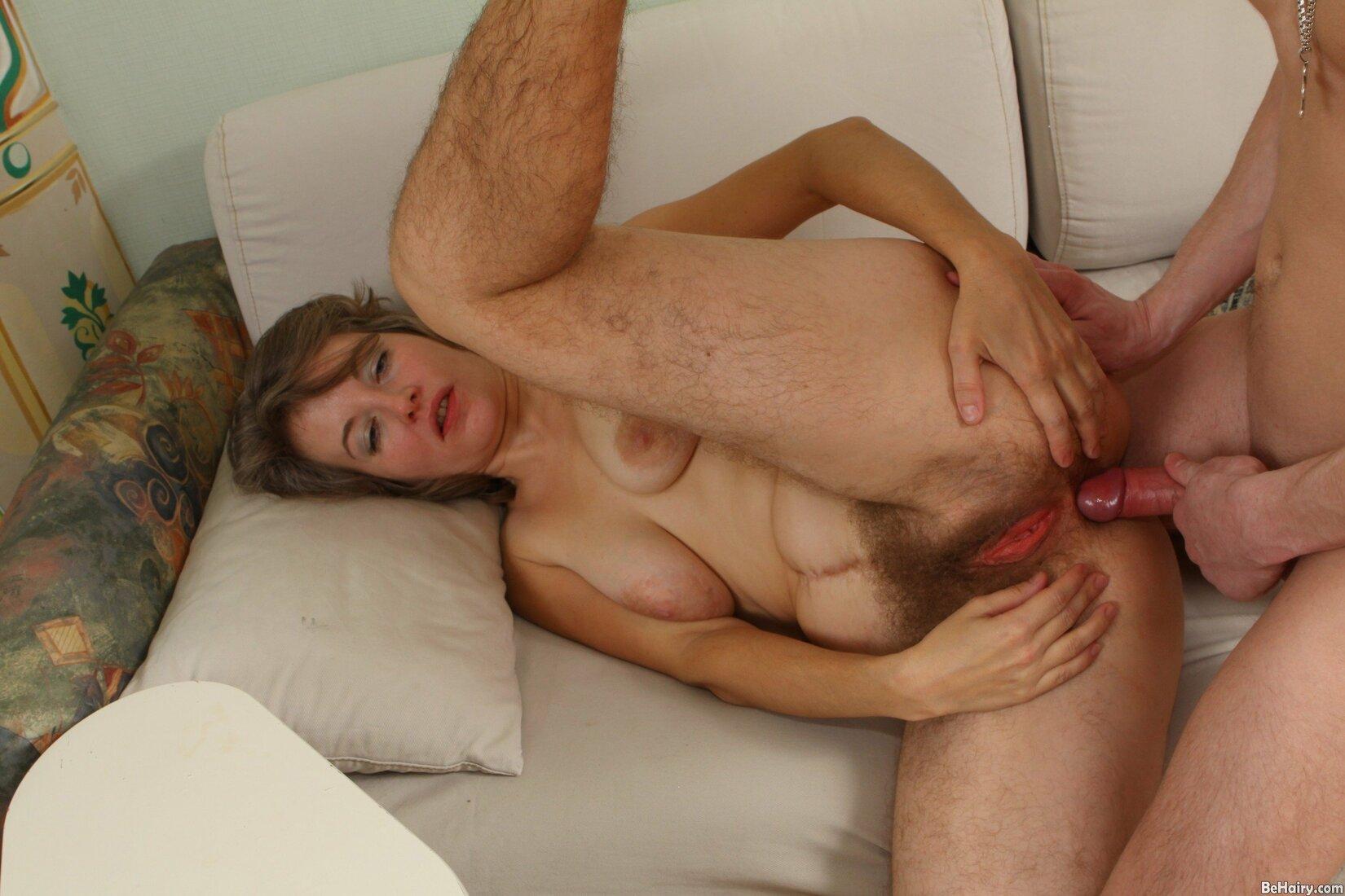 порно фото зрелых женщин с волосатой пиздой мужик ебет в жопу волосатую бабу.
