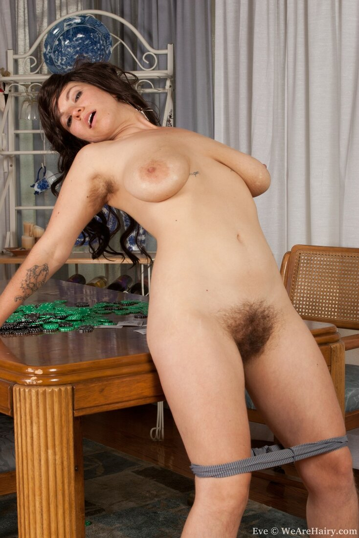 зрелая волосатая пизда фото стоит у стола со спущенными трусиками, сиськи стоят.