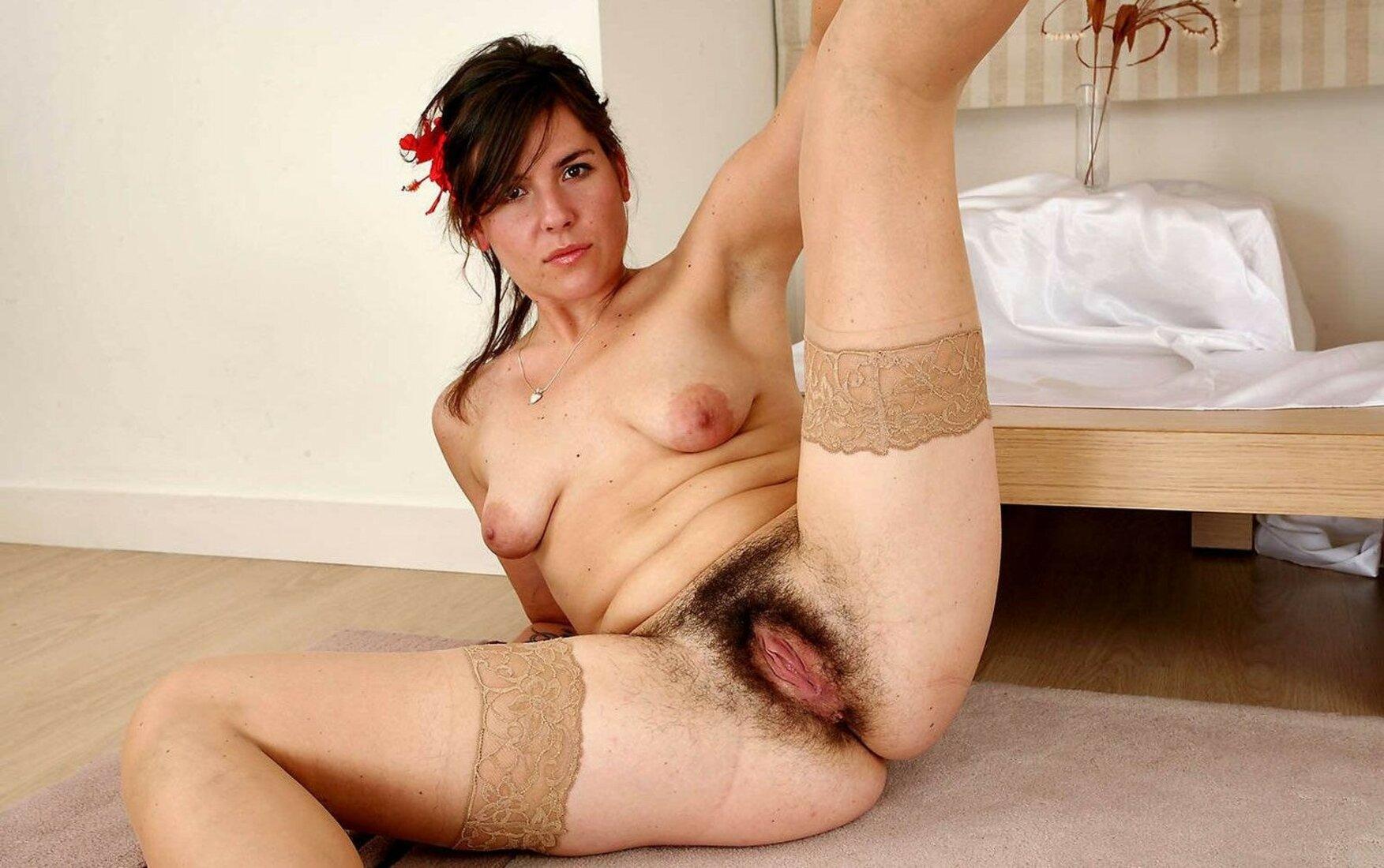 голые волосатые пизды зрелых фото красивая женщина с небольшой но красивой грудью, лежит на полу с цветком в волосах задрав ногу в чулах