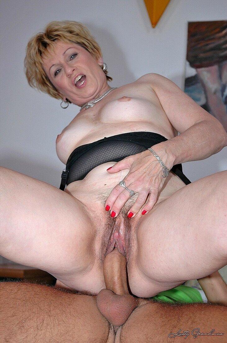 Порно со зрелыми женщинами фото голая блондинка средних лет с короткой стрижкой сидит на хую ебыря, рукой слегка раздвигая пизду, сиськи торчат, на лице выражения получения кайфа.