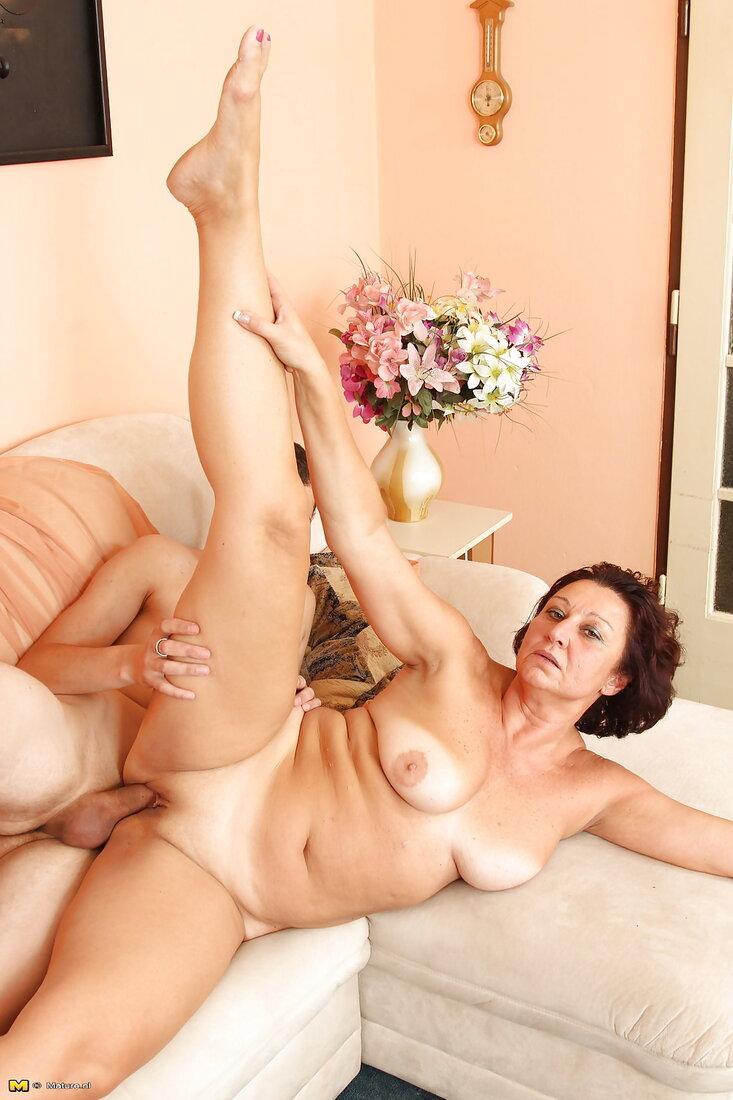 Порно со зрелыми женщинами фото голой красотки лежащей на угловом диване раздвинув ноги и задрав правую ногу наверх как гимнастка, правую руку положила на ногу, фигура хорошая, сиськи небольшие красивые, вид сверху, хуй вонзился в бритую пизду.