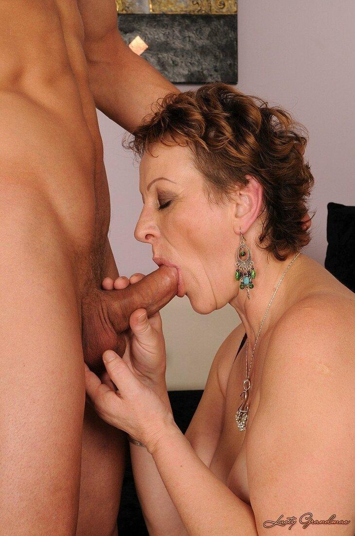 Порно со зрелыми женщинами фото тетки сосущей хуй стоящему рядом голому мужчине, залупа вся во рту, одной рукой ласкает ему яйца второй рукой дополнительно дрочит член.