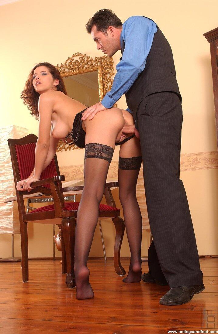 Порно брюнетки в чулках фото шлюхи нагнувшейся и держащейся за ручку стула руками пока мужик ебет её в пизду.