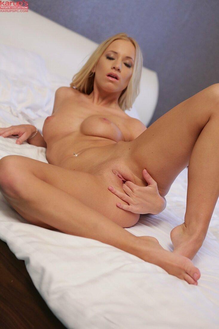 Порно мастурбация блондинки фото